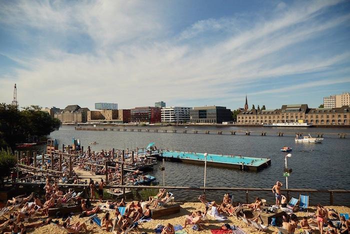 Die Escobar: Mit Blick auf das Badschiff Berlin
