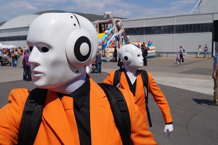 Kuka Mitarbeiterfest Maschinenmenschen Roboter in orange
