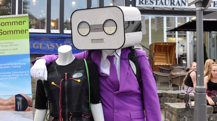 sprechender-roboter-act-steve-machine-in-brilon-pinker-anzug-kopfloser-kumpel-schaufensterpuppe