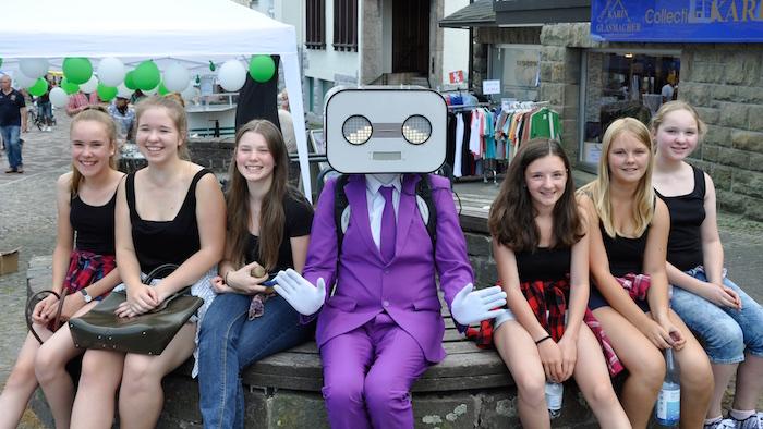 sprechender-roboter-act-steve-machine-in-brilon-pinker-anzug-mit-6-maedels