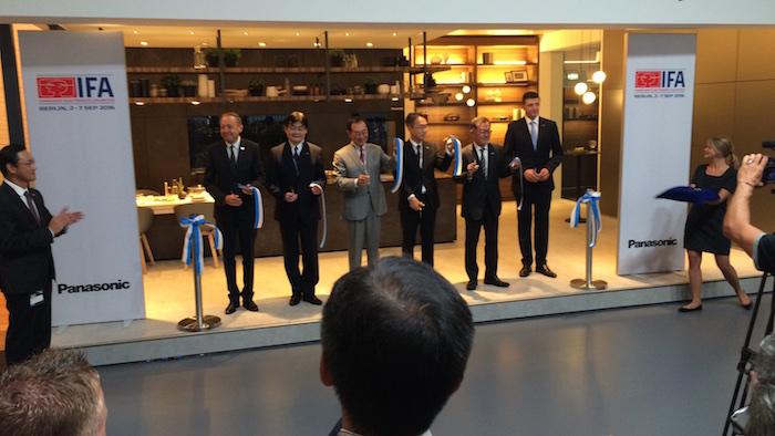 Panasonic CEO Kazuhiro Tsuga (Mitte) eröffnet den Messestand