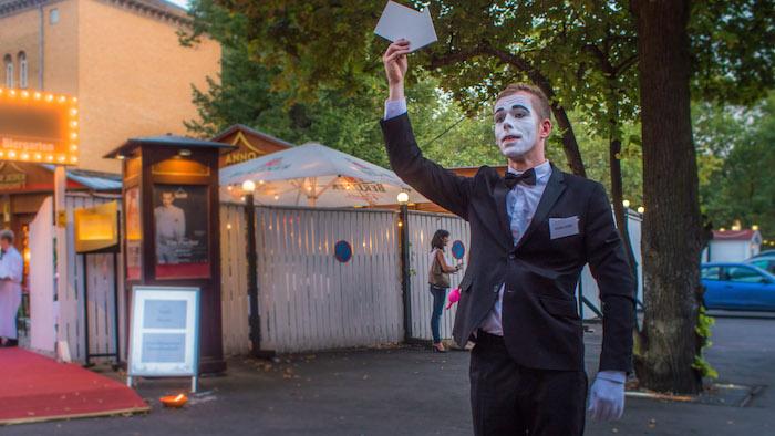 pantomime-mit-pfeil-arrow-mime-gentleman