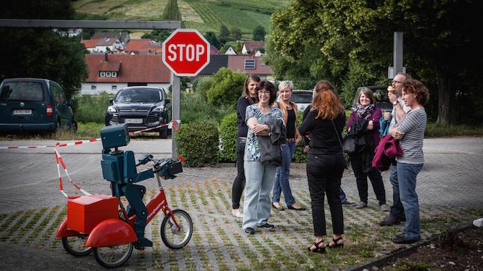 Der kleine Roboter begrüßt die Gäste