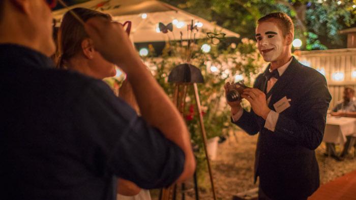 eleganter-pantomime-mit-fliege-und-fotoapparat-mime-gentleman