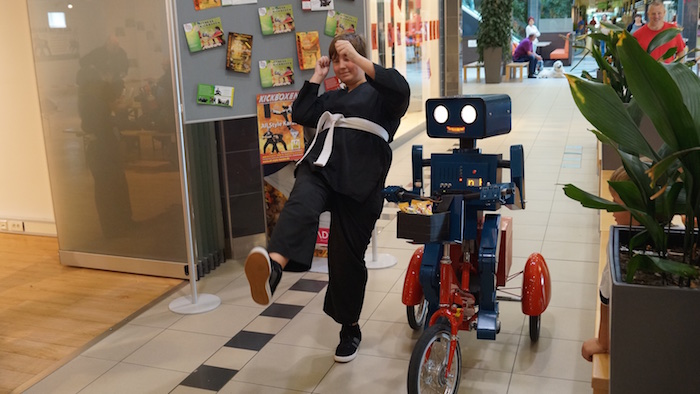 kuenstler-verkaufsoffener-sonntag-vos-hugo-sprechender-roboter-auf-fahrrad-karate-maedchen