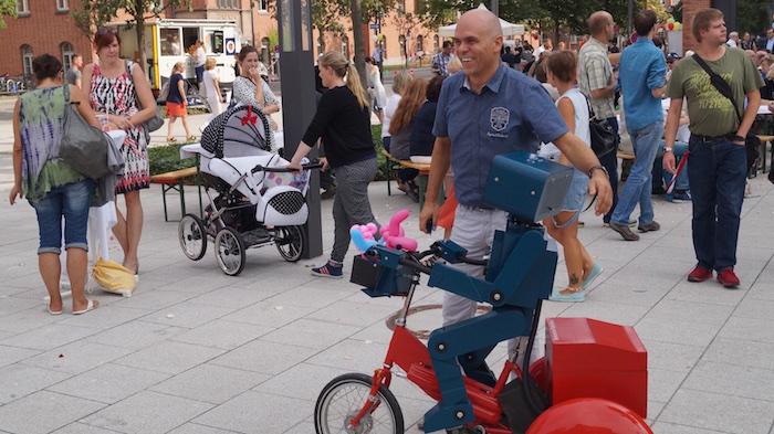 mitarbeiterfest-charite-berlin-hugo-der-sprechende-roboter-mit-fahrrad-chefarzt-betreung