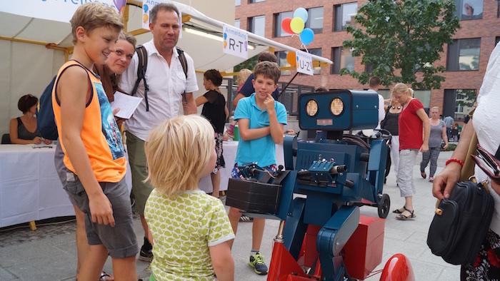 mitarbeiterfest-charite-berlin-hugo-der-sprechende-roboter-mit-fahrrad-kinder