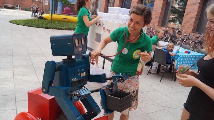 mitarbeiterfest-charite-berlin-hugo-der-sprechende-roboter-mit-fahrrad-doktorspiele-stetoskop