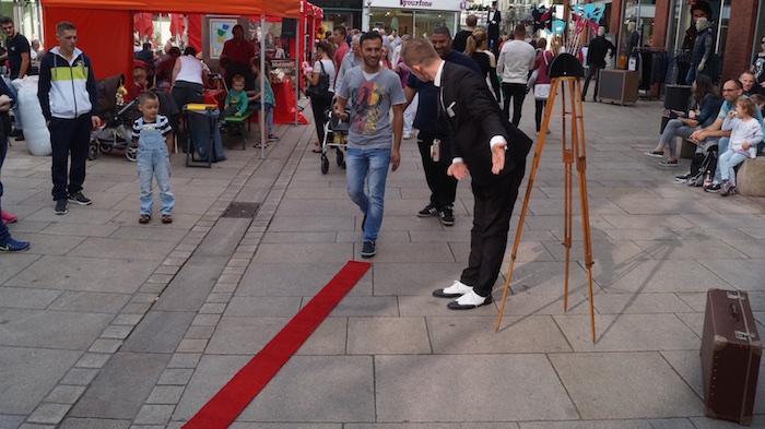pantomime-osnabrueck-foto-stativ-weisses-gesicht-mini-roter-teppich-ausgerollt