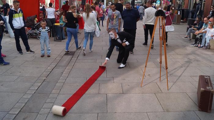 pantomime-osnabrueck-mini-roter-teppich-ausgerollt