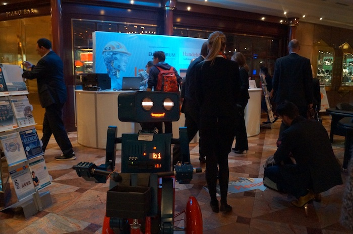kuenstler-kongress-roboter-hugo-industriegipfel-handelsblatt-begruessung-gaeste