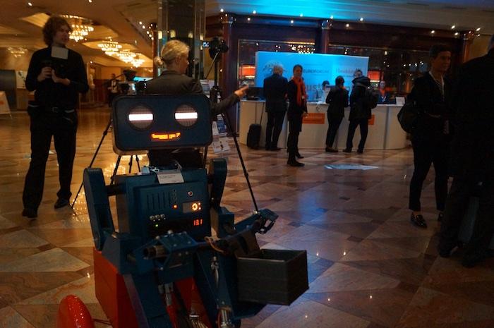kuenstler-kongress-roboter-hugo-industriegipfel-handelsblatt-hotel-lobby