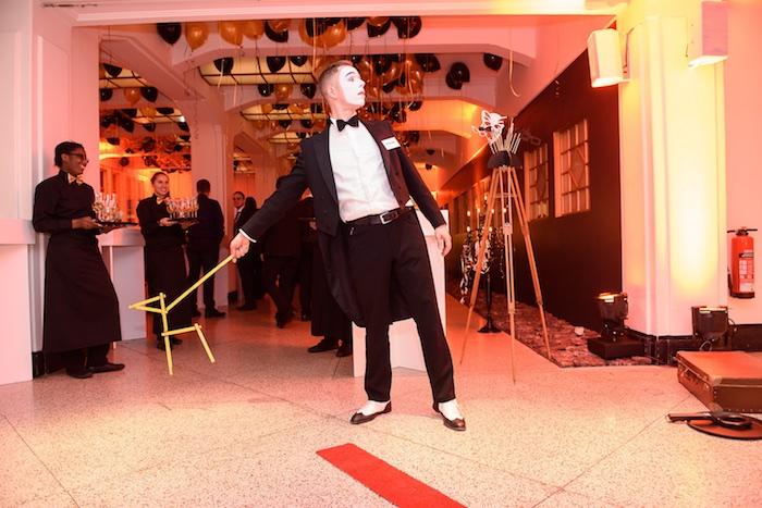pantomime-kuenstler-weihnachtsfeier-mime-gentleman-mobile-fotobox-saturn-mime-hund