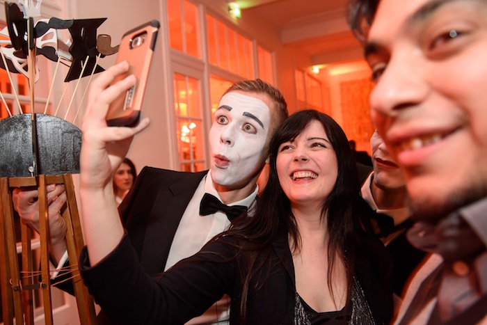 pantomime-kuenstler-weihnachtsfeier-mime-gentleman-mobile-fotobox-saturn-mime-selfie