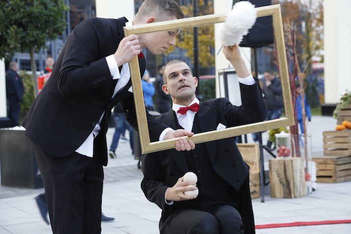 pantomime-visual-comedy-butlers-bilderrahmen-wird-abgestaubt-wustermark