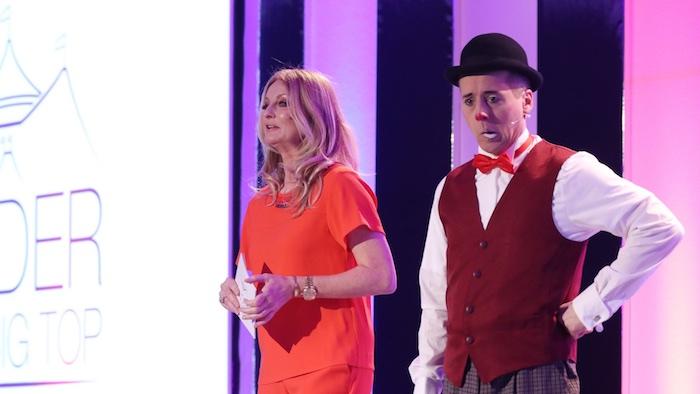 Frauke Ludowig mit Clown Comoderator auf der Bühne