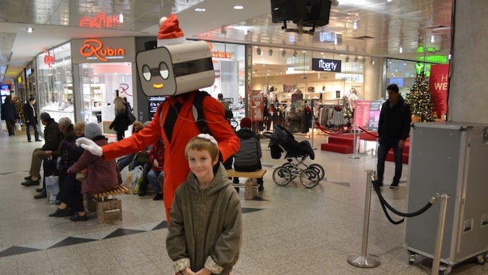 Robot Walkabout Steve Machine Mall Shopping Center chritsmas rot Weihnacht mit kleinem Jungen